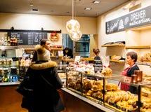 Para kupuje świeżo piec kougelhof chleb w zarazku i torty Obraz Stock