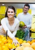 Para kupuje świeże sezonowe owoc w rynku Zdjęcie Stock