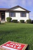 Para la casa de la muestra de la venta y la hierba verde Imagen de archivo libre de regalías