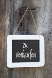 Para la muestra de la venta en una puerta de madera con el texto alemán Imagen de archivo libre de regalías