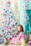 Para la Navidad que espera: la niña viste para arriba el árbol de navidad Fotos de archivo