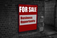 Para la venta con la oportunidad de negocio escrita en una muestra atada a una pared Fotografía de archivo