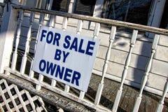 Para la venta de Owner Sign en casa vieja Fotografía de archivo