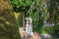 Para las estatuas romanas del jardín de la decoración dos en el jardín Fotografía de archivo libre de regalías