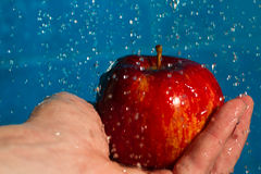 Para lavar uma maçã foto de stock