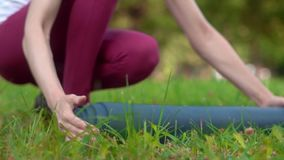 Para limpiar una estera de la yoga almacen de metraje de vídeo