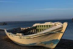 Para llegar a ser más viejo por el mar Barco abandonado Tien Shan de largo caminando en la isla de la arena en Canakkale en Turqu Fotos de archivo libres de regalías