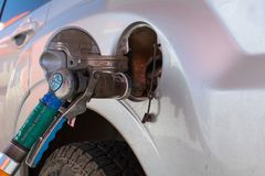 Para llenar la máquina del gas combustible Terraplén con el gas en una gasolinera Bomba de la gasolinera Gas de relleno en boca d fotografía de archivo