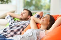 Para lub współlokatorzy relaksuje w domu Obrazy Royalty Free