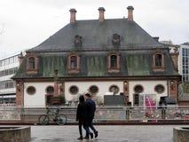 Para ludzie chodzi przed typowym i sławnym budynkiem w Frankfurt mieście zdjęcie stock