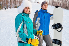 Para młodzi dorosli na ośrodku narciarskim Zdjęcia Stock