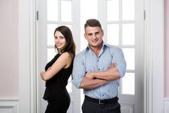Para młodzi eleganccy ludzie w drzwi domu wewnętrznego loft biurowy trwanie each inny z powrotem Zdjęcie Royalty Free