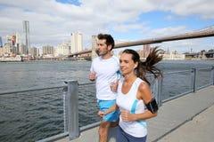 Para młodzi joggers biega na Brooklyn deptaku zdjęcia royalty free