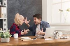 Para młodzi koledzy dyskutuje przy biurem fotografia stock