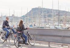 04 03 2017 para młodzi turyści na do wynajęcia bicyklach w starym porcie Barcelona Zdjęcie Stock