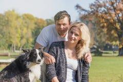 Para młodzi ludzie z ich psem Obraz Royalty Free