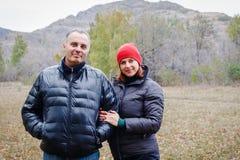 Para małżeńska czterdzieści rok w jesieni odziewa w górach obrazy royalty free