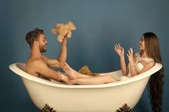Para małżeńska ma zabawę Chłopak i dziewczyna relaksujemy na błękitnym tle obraz royalty free