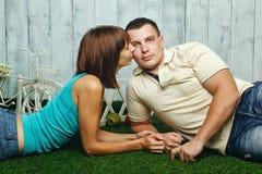 Para małżeńska na gazonie Obrazy Stock
