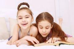 Para małej dziewczynki czytelnicza książka Zdjęcie Stock