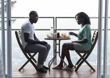 Para ma śniadanie przy balkonem wpólnie zdjęcie stock