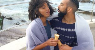 Para ma lody rożek przy plażą 4k zbiory