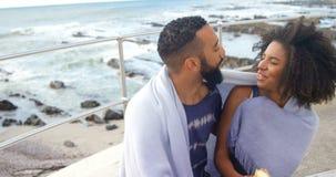 Para ma lody rożek przy plażą 4k zdjęcie wideo