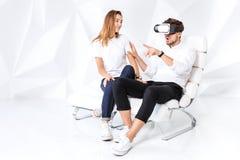 Para ma zabawę bawić się z rzeczywistością wirtualną zdjęcie royalty free