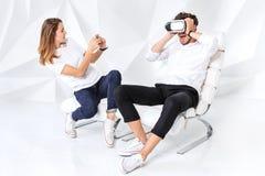 Para ma zabawę bawić się z rzeczywistością wirtualną zdjęcia royalty free