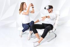 Para ma zabawę bawić się z rzeczywistością wirtualną obraz royalty free