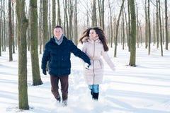 Para ma zabawę w śnieżnym parku Zdjęcia Royalty Free