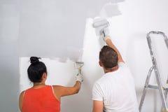 Para maluje pokój zdjęcie royalty free
