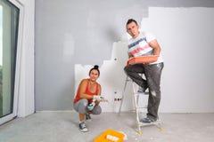 Para maluje pokój zdjęcia royalty free