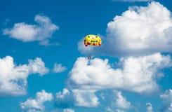 Para-marin avec des couples au ciel bleu Photo libre de droits