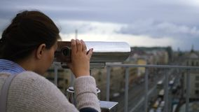 Para mirar a través de los prismáticos la ciudad, casas, calles Cámara lenta 1920x1080 HD lleno metrajes