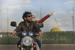 Para motocykliści na retro stylowym motocyklu fotografia stock