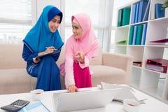 Para Muzułmańscy bizneswomany obraz stock