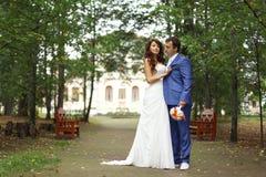Para na ślubu spacerze fotografia royalty free