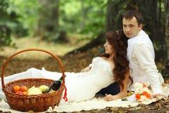 Para na ślubu spacerze zdjęcie royalty free