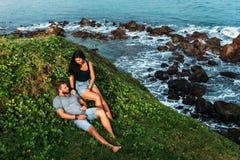 Para na brzeg morze spotyka ?wit M??czyzna i kobieta na brzegowych kochankach spotykamy wsch zdjęcia stock