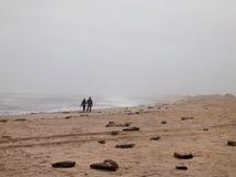 Para Na Burzowej plaży fotografia stock