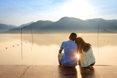Para na drewnianym porcie przy jeziorem na zmierzchu Fotografia Royalty Free