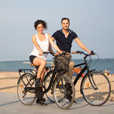 Para na miasto plaży z rowerami Fotografia Stock