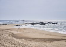 Para na plaży blisko oceanu zdjęcie stock