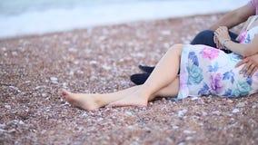 Para na plaży siedzi na piasku w Montenegro Nowożeńcy zdjęcie wideo
