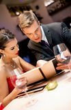 Para na romantycznej restauraci zdjęcia stock