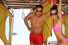 Para na tropikalnej plaży w Maldives obraz stock