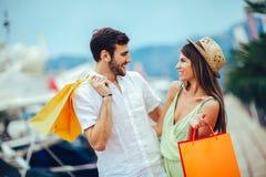 Para na urlopowej cieszy się podróży i robić zakupy fotografia royalty free