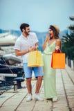 Para na urlopowej cieszy się podróży i robić zakupy zdjęcia royalty free