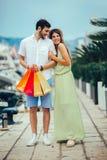 Para na urlopowej cieszy się podróży i robić zakupy zdjęcia stock